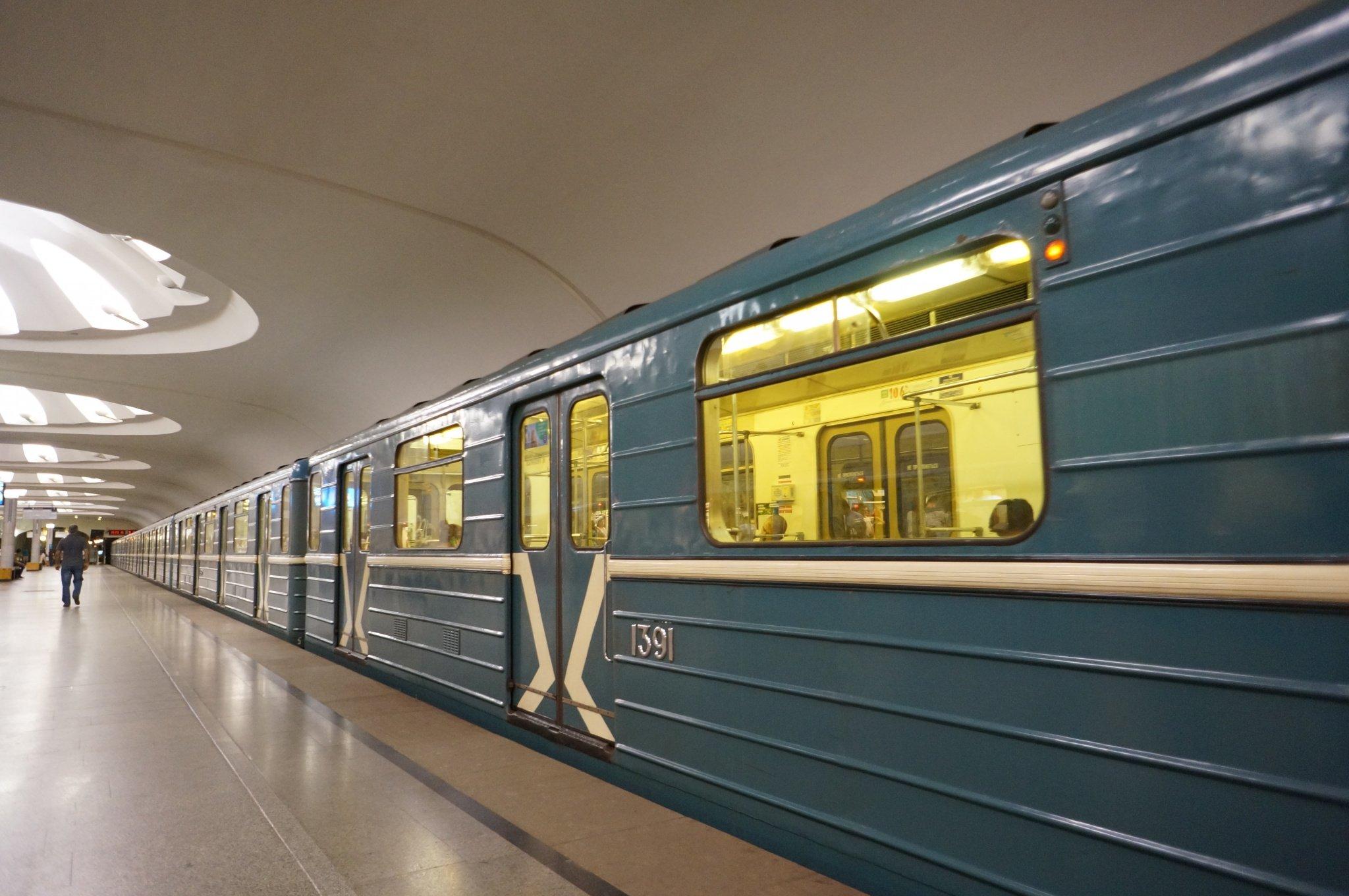 Мужчина выжил после падения нарельсы настанции метро «Смоленская»