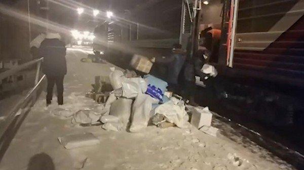 Работники «Почты России» «разгрузили» посылки вснег
