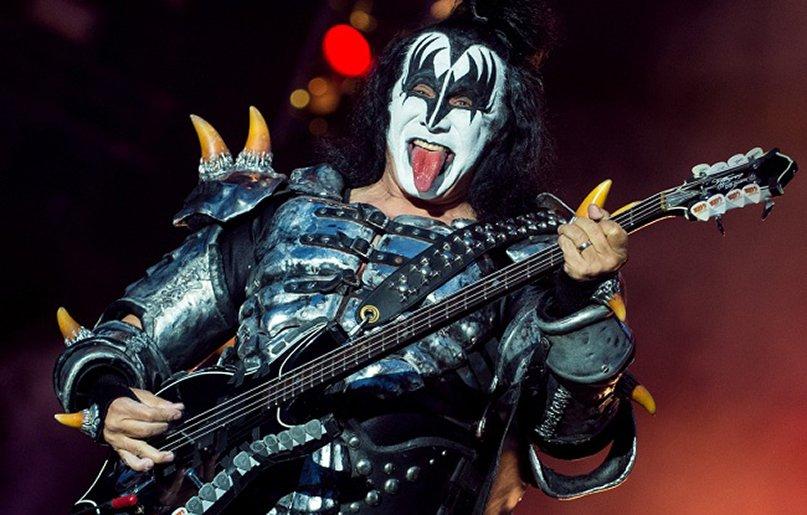 Пожилого вокалиста группы Kiss обвинили вдомогательствах
