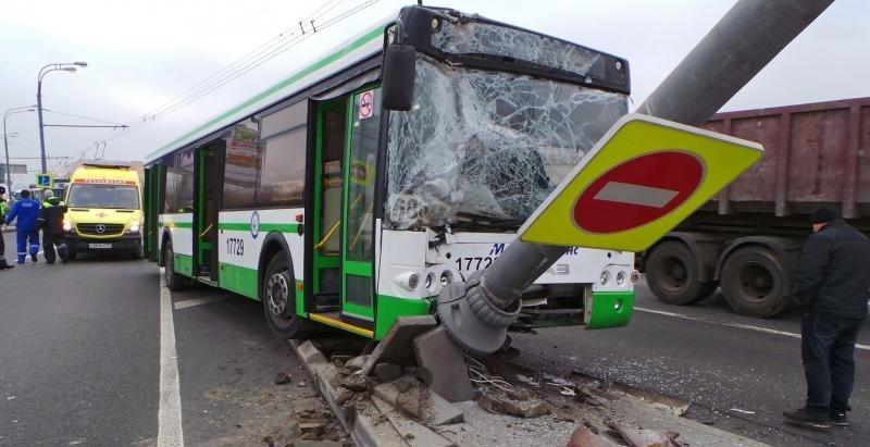 Навостоке столицы автобус врезался вуличный фонарь