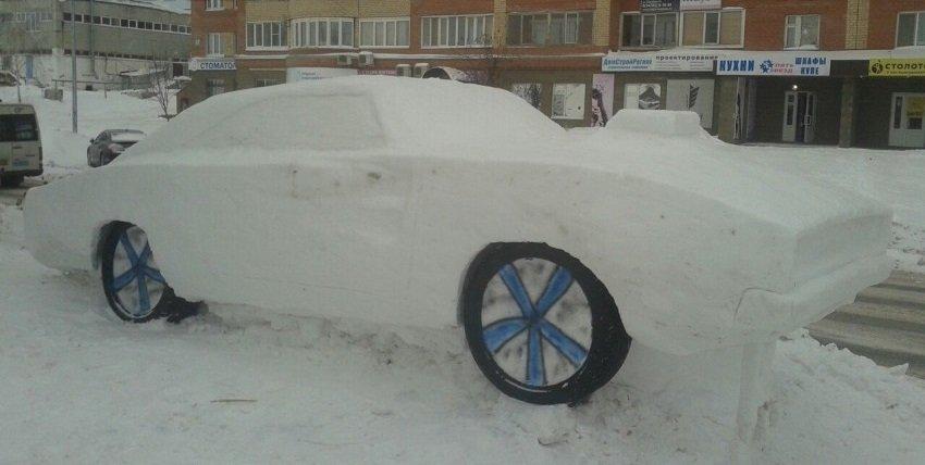 ВВоронеже вылепили культовый автомобиль Dodge Challenger изснега