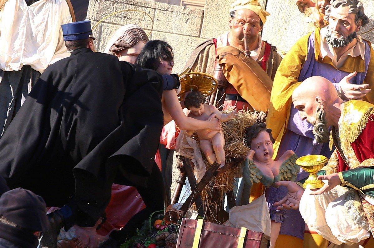 Нападение активистки Femen нарождественский вертеп вВатикане попало навидео
