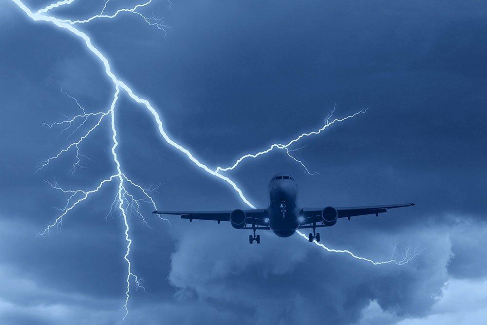 Всамолет авиакомпании Wizz Air, летевший изКутаиси вГрецию, угодила молния