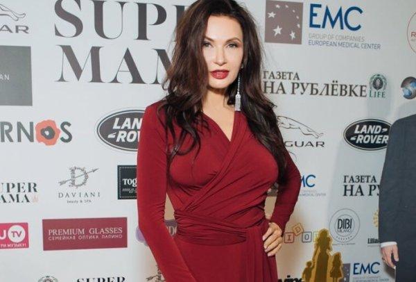 Бледанс раскритиковали за отсутствие бюстгальтера на премии «Супер-мама»