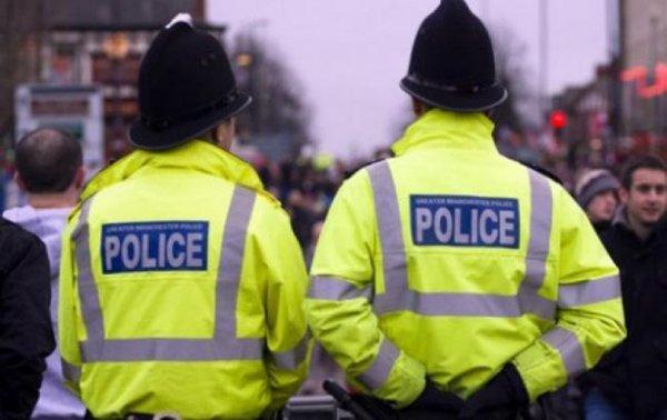 В Британии полицейский самостоятельно удержал падающий с моста грузовик