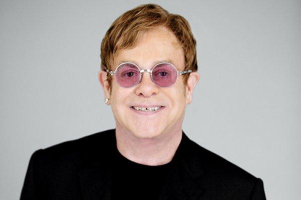 Британский певец Элтон Джон сообщил о смерти своей матери
