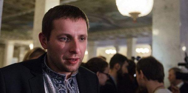 Драку украинского депутата со стражем порядка сняли на видео