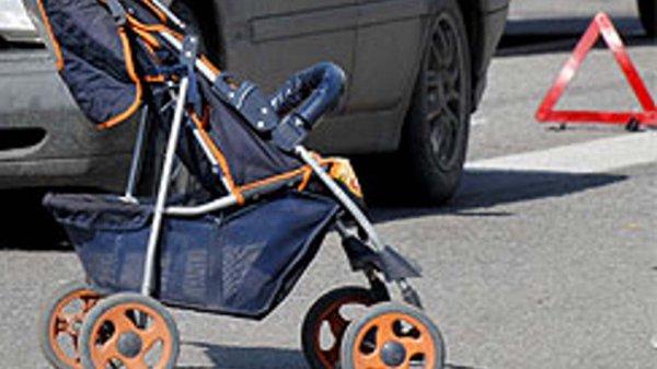 В Сочи на переходе автомобиль сбил коляску с ребенком