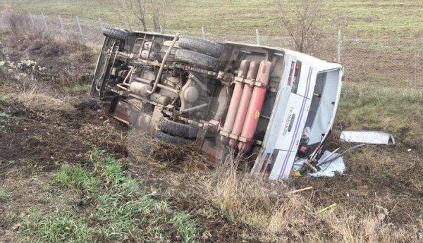 На трассе в Крыму перевернулся полный пассажиров автобус