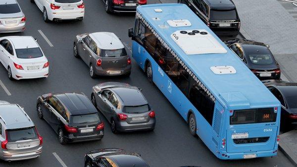 Московским водителям рекомендуют пересесть на общественный транспорт из-за непогоды