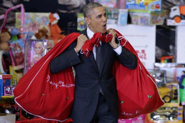 Обама в образе Санта Клауса поздравил детей