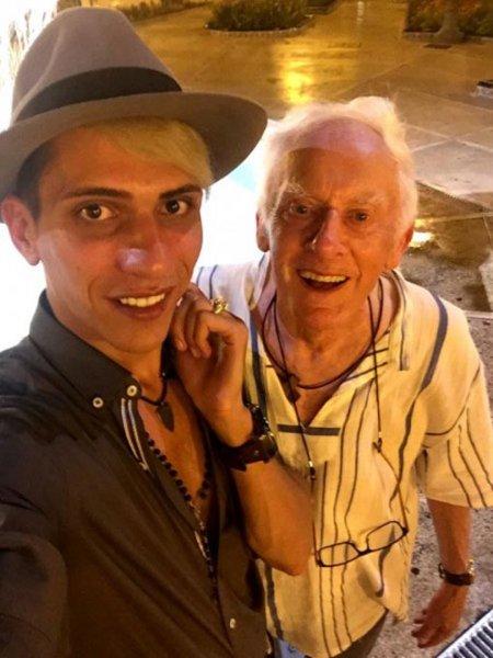 Молодой и пожилой геи с