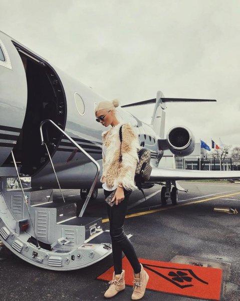 Экс-девушка Тимати Алёна Шишкова полетела частным самолётом в Париж