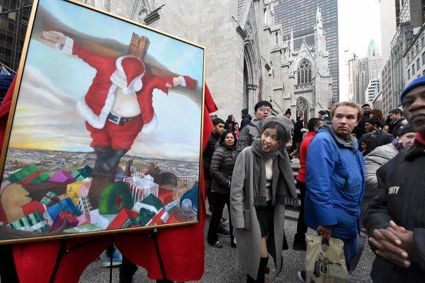 В Нью-Йорке распяли Санту прямо возле собора