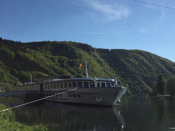 На реке Рейн пассажирский теплоход столкнулся с опорой моста
