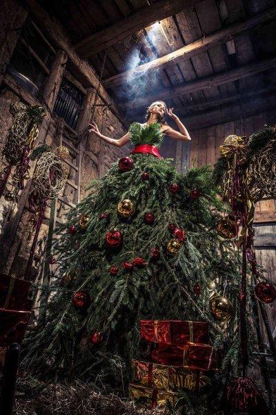 Американка сфотографировала призрака возле Рождественской елки