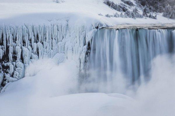 Замёрзший Ниагарский водопад поражает туристов великолепным зрелищем