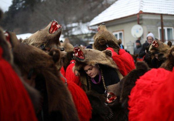 В Румынии Новый год встречают медвежьим танцами