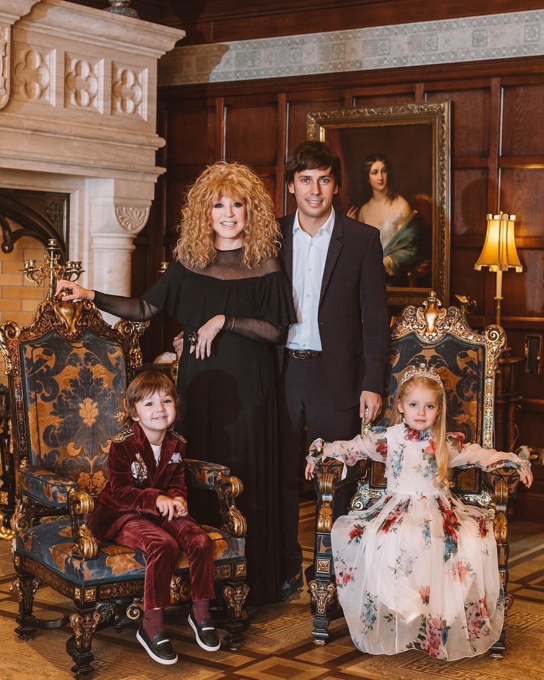 Максим Галкин поздравил фолловеров иобнародовал трогательное семейное фото
