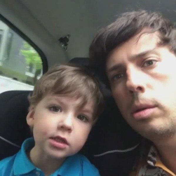 Сеть покорило видео Максима Галкина, где его сын Гарри собирает верстак