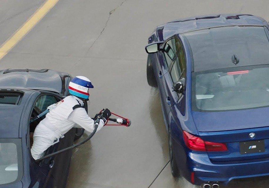 БМВ обнародовала видео дозаправки автомобиля находу