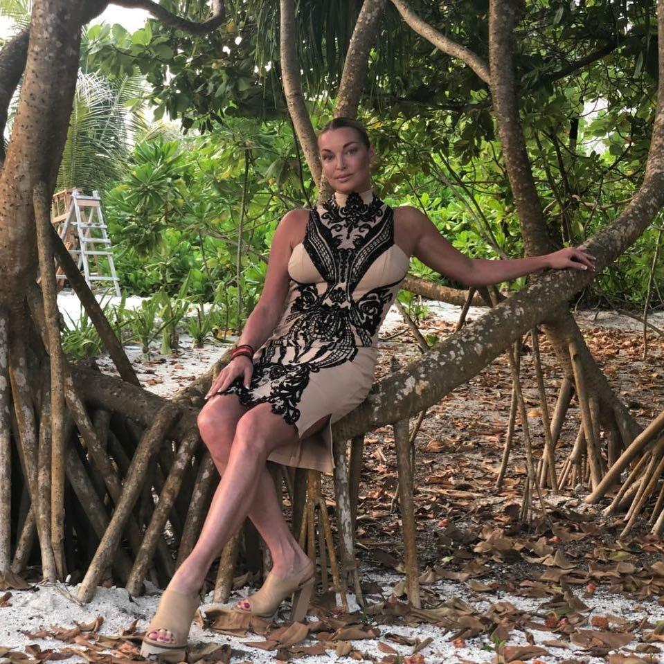 Волочкова решила экономить на пляжной обуви