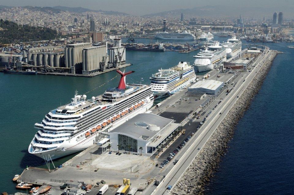 Впорту Барселоны паром столкнулся скруизным лайнером