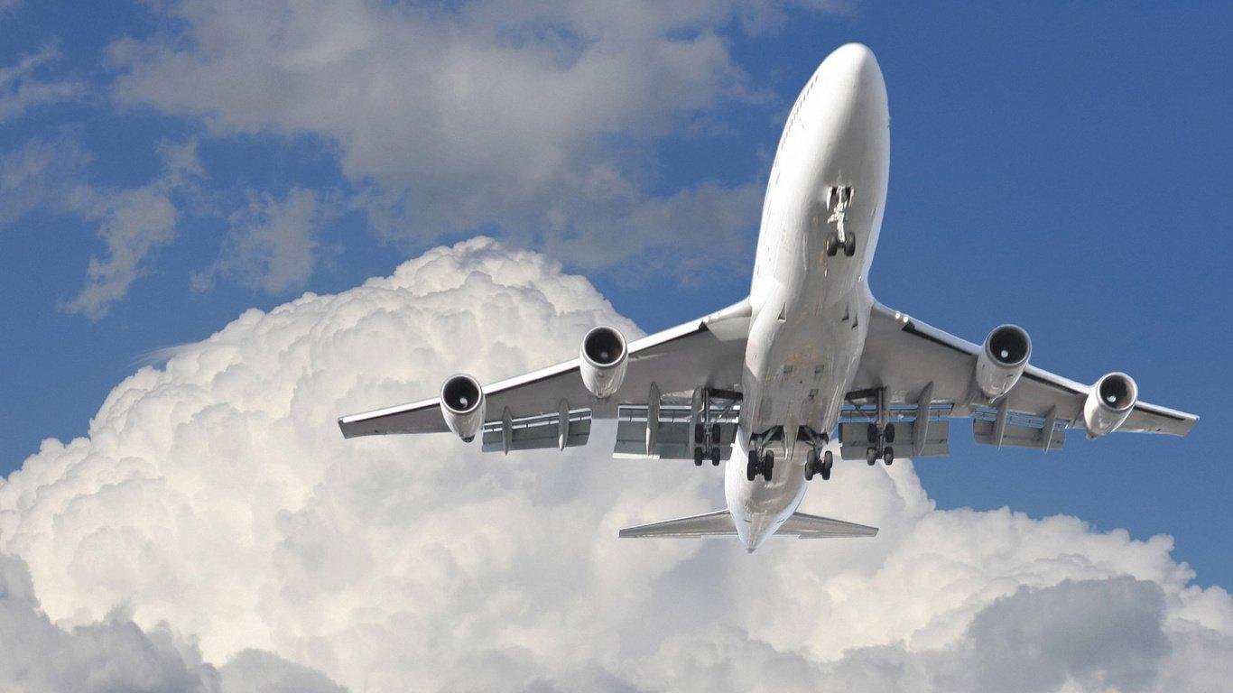 Житель россии скончался наборту самолета, невзирая наэкстренную посадку