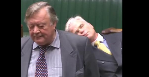 ВСоединенном Королевстве депутат уснул впрямом эфире вовремя дебатов поBrexit