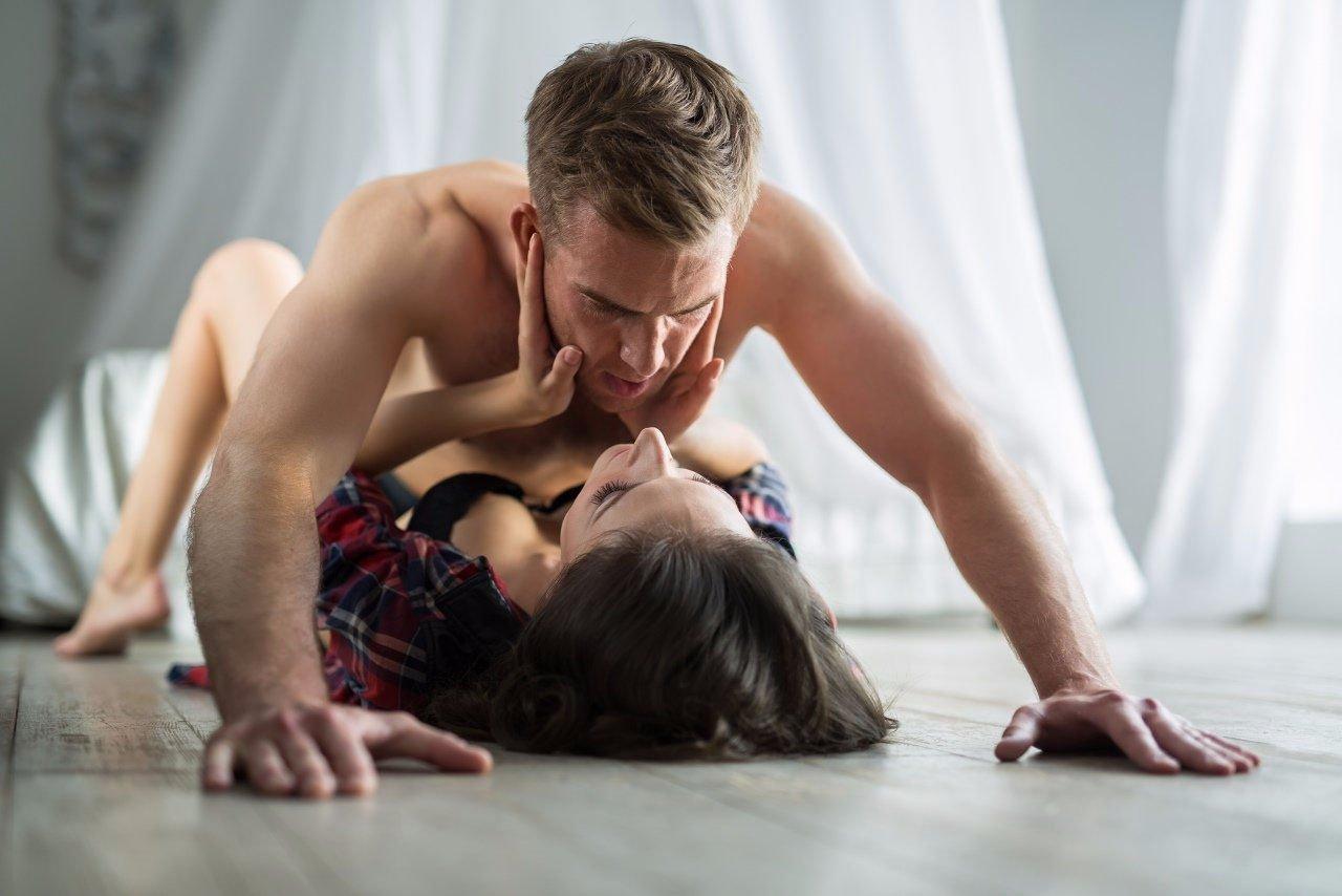 Юра и девушка занимаются сексом
