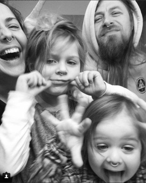 Ольга Шелест поделилась семейным фото в стиле панк