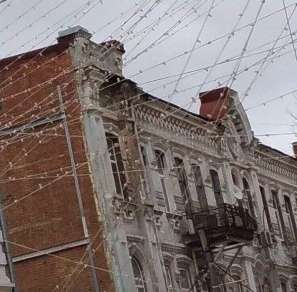 В Ростове оборвало «небо из гирлянд» из-за рухнувшего балкона