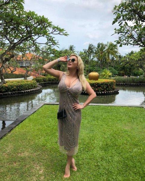 Анна Семенович похвасталась роскошным бюстом в вырезе летнего платья