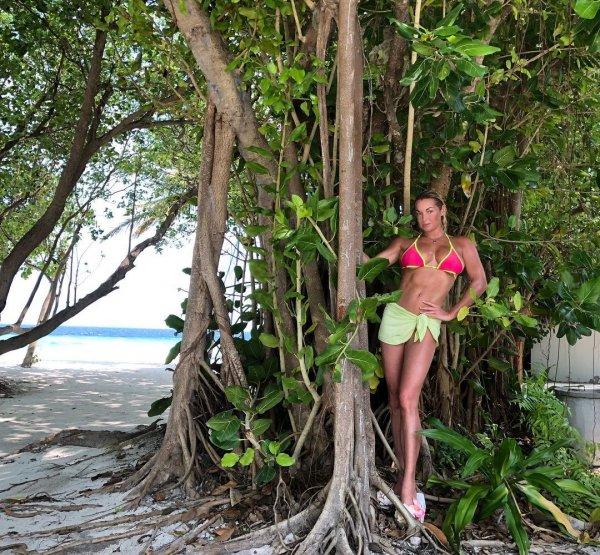 Мускулистая Волочкова на Мальдивах превратилась в дерево