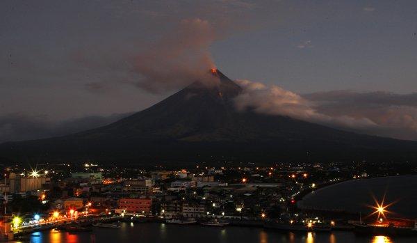 Филиппинский вулкан Майон проснулся и начал извергать лаву