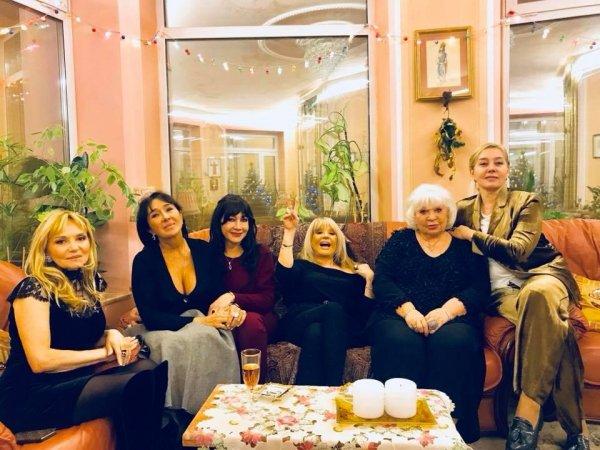 Пугачева охмелела от бокала шампанского на девичнике у лучшей подруги