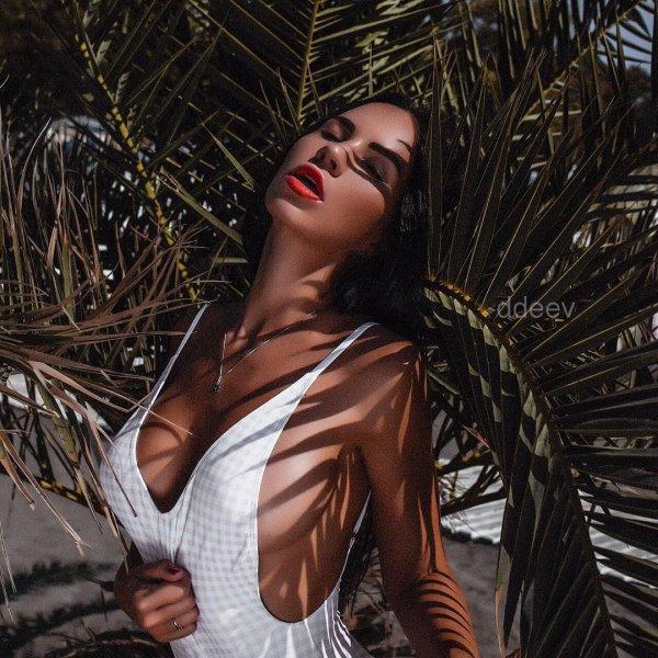 Модель Гаянэ Багдасарян опубликовала фото ягодиц и пышной груди