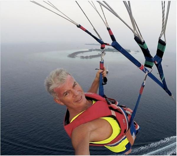 Олег Газманов слагает стихи на дельтаплане