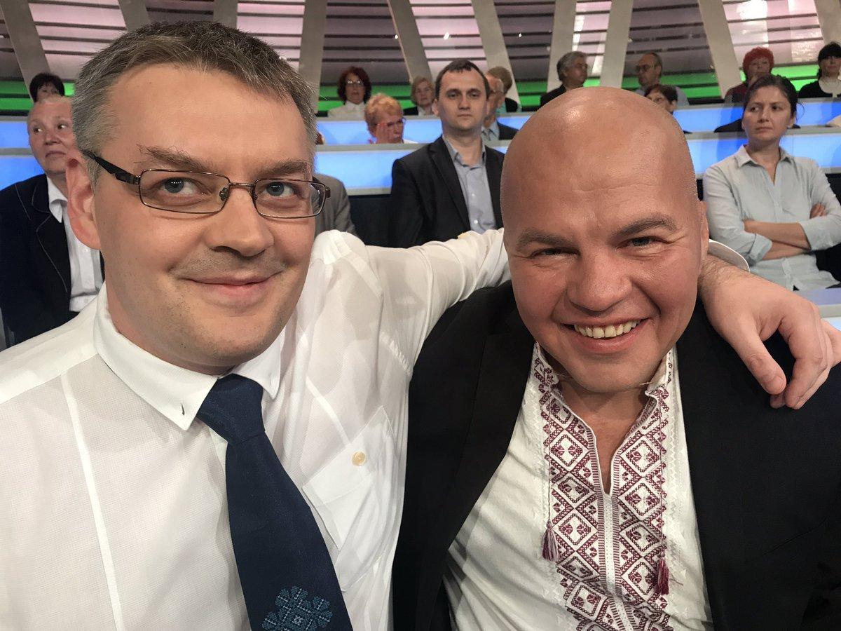 На русском телеканале ведущий напал наукраинского политологаl