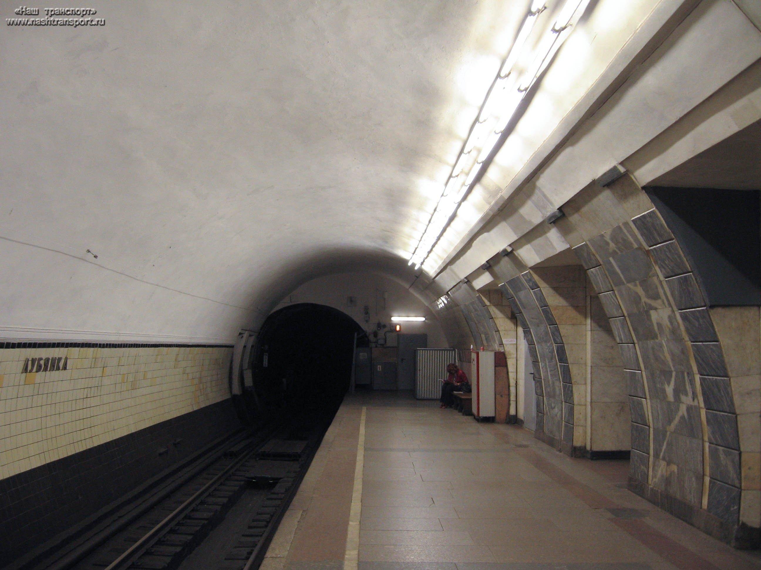 Настанции метро «Лубянка» в столице России человек упал нарельсы