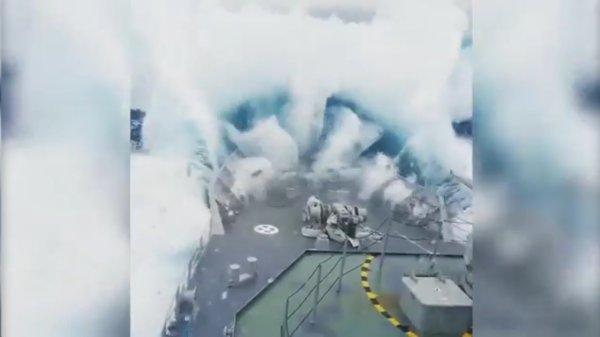 Военные моряки сняли на видео огромную поглотившую корабль волну