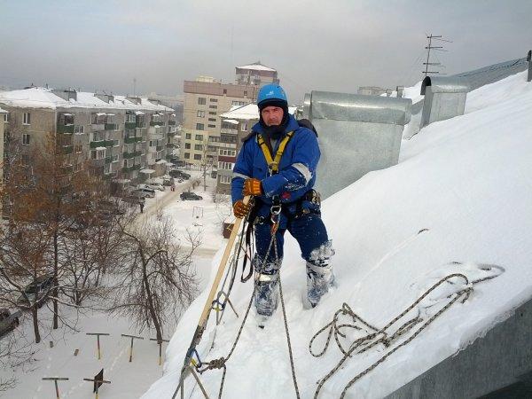 В Саратове с крыши многоэтажного здания свалился уборщик снега