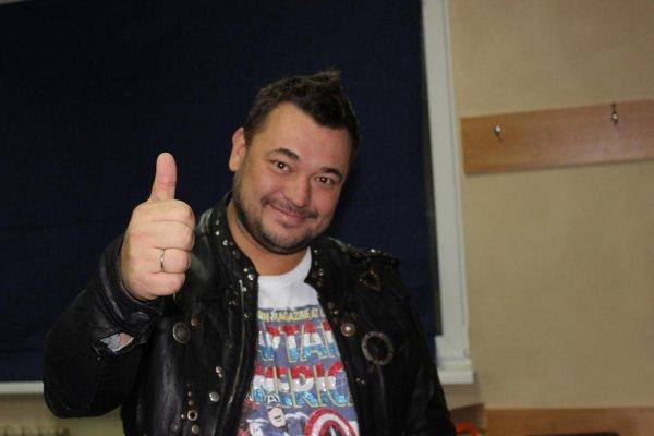 Сергей Жуков поразил фанатов снимком с трансвеститами