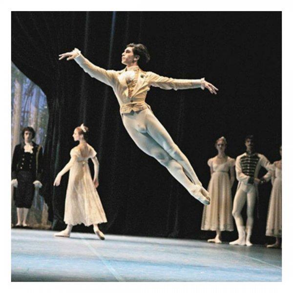 Мужское достоинство Николая Цискаридзе едва уместилось в его сценическом костюме