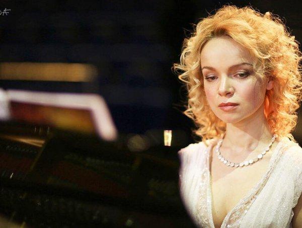 Элина Мазур в парике устроила скандал на пресс-конференции Цымбалюк-Романовской