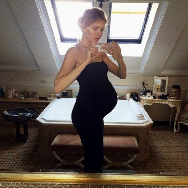 Елена Перминова показала округлившийся живот