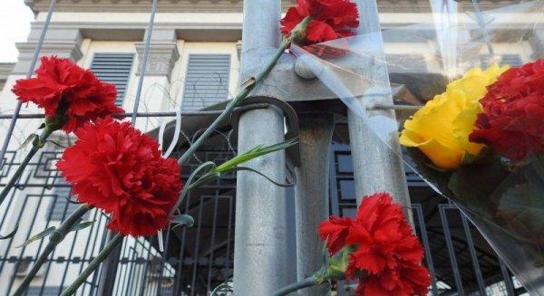 В Киеве несут цветы к посольству России в память о погибших на Ан-148