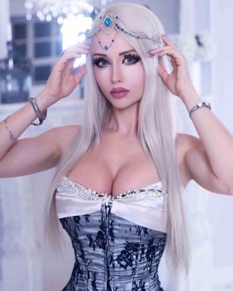 Одесская Барби с «руками-базуками» засветила огромную грудь в Сети