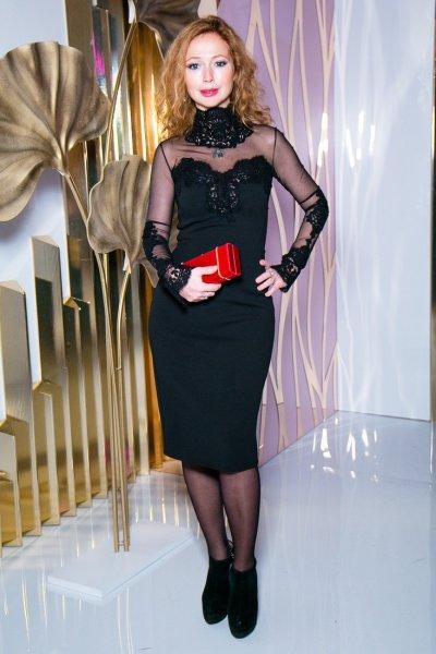 Елена Захарова начала выходить в свет в облегающих нарядах