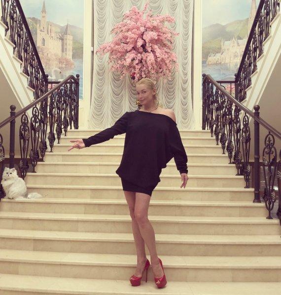 «Атлант расправил плечи»: Анастасию Волочкову высмеяли за нелепый вид в китайском платье
